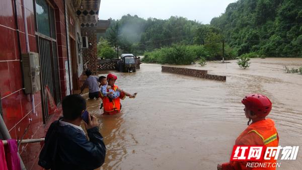 湖南株洲:暴雨致多处房屋被淹 消防紧急转移18人