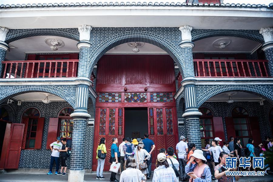 游客在遵义会议纪念馆遵义会议会址参观(7月4日摄)。新华社记者 陶亮