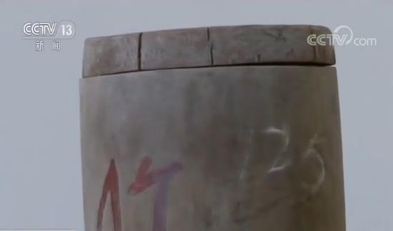 在与亲人山水相隔的几十年里,唯有这只竹筒,一直伴随着兰发连。上世纪六十年代,有人听说他手上有一只长征时留下的红军竹筒,想要高价收购。尽管家境拮据,但兰发连毫不犹豫就拒绝了。而在1975年,当听说蓝山县文化馆征求革命历史文物时,他却将这只自己珍藏了40多年的竹筒,捐了出来。