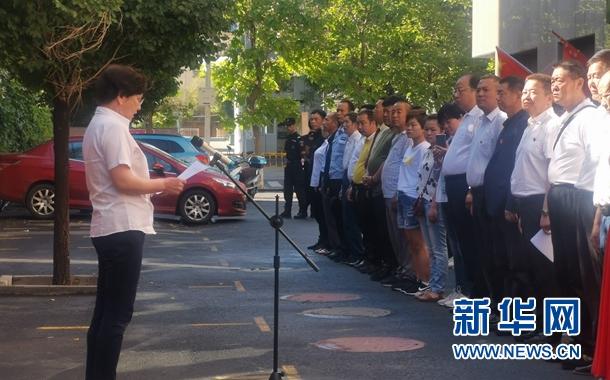乌鲁木齐市广州街社区星期一升国旗活动,热先古力做国旗下的演讲。杨晓波