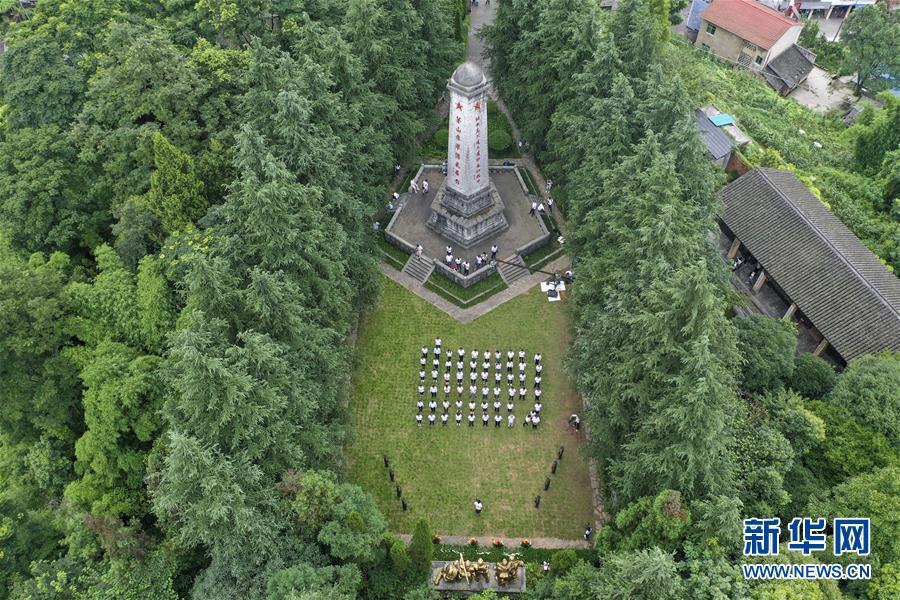 位于重庆市綦江区的石壕红军烈士墓和纪念碑(7月15日无人机拍摄)。 新华社记者 刘潺