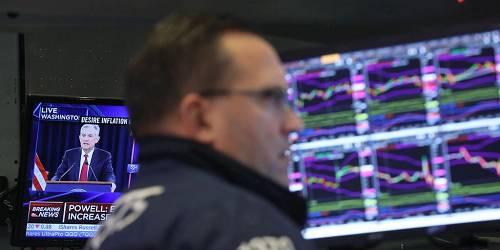 来看看美股的精彩外演。截至收盘,道指跌1.23%,纳指跌1.19%,标普500指数跌1.09%。其中,道琼斯指数盘中一度下跌超500点。