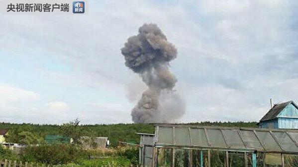 俄消防员清理残余爆炸物时军火库再爆炸