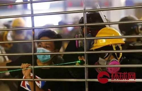 8月21日,中国香港。示威者在元朗西铁站落闸与警方对峙,并用激光笔挑衅警方。(环球时报-环球网赴香港特派记者崔萌/摄)