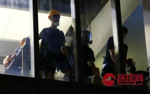 8月21日,中国香港。示威者在元朗西铁站内向外观察警方动向。(环球时报-环球网赴香港特派记者崔萌/摄)