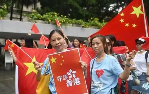 8月26日,参加游行的市民向美国驻港总领事馆行进。