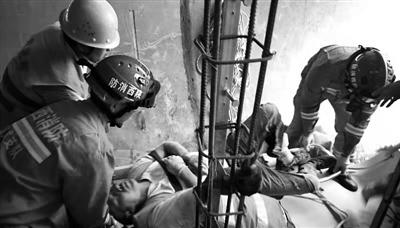 <b>工人跌落深坑  消防员火速营救</b>