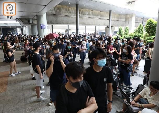 大批黑衣人在巴士站一带聚集 图自东网