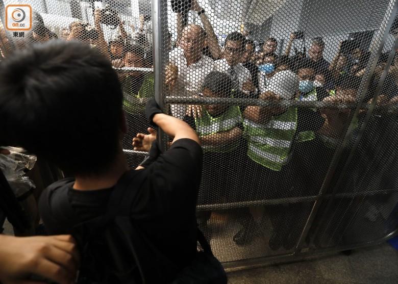 暴力示威者试图推动闸门。(图源:香港东网)