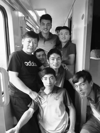 """维吾尔孩子都叫他""""师爸爸"""""""