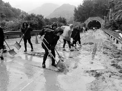突发泥石流阻断西汉高速