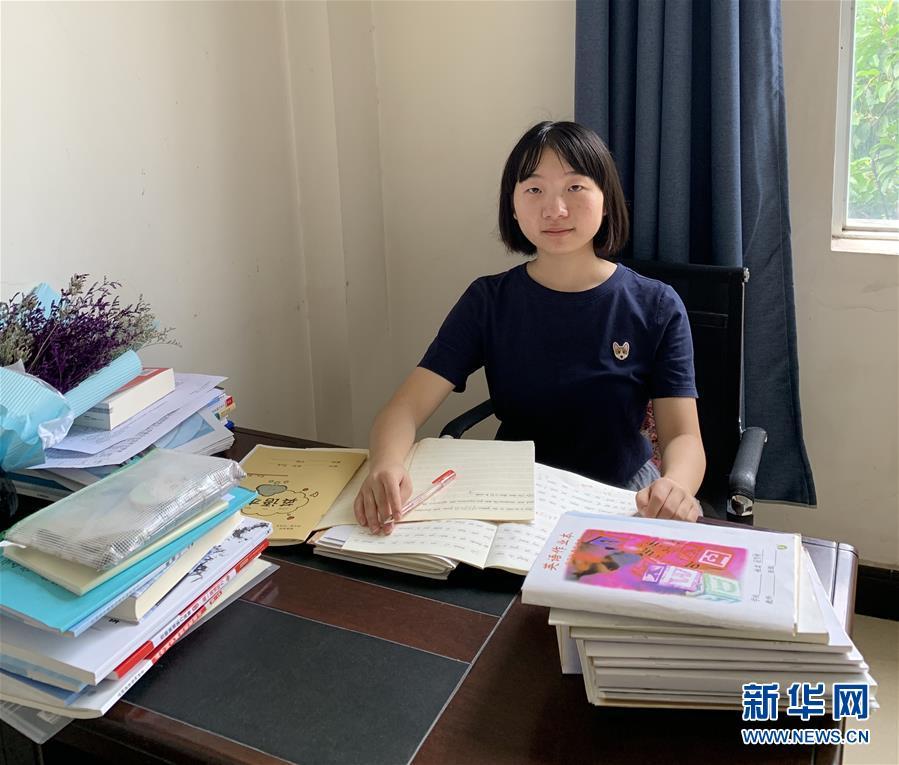 出身四川农村的北京大学政府管理学院2015级本科生李照青在云南弥渡一中办公室(9月18日摄)。 新华社发
