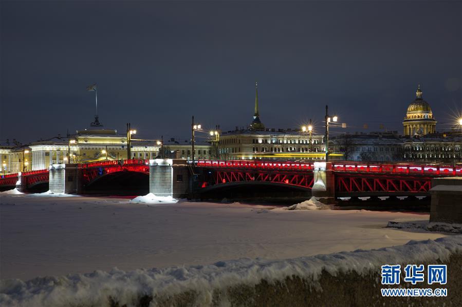 2019年2月5日,俄罗斯圣彼得堡涅瓦河上的宫廷桥点亮红色灯饰,迎接中国农历新年。新华社发(莫京娜摄)