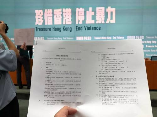 林郑月娥表示,之所以要订立《禁止蒙面规例》,是因为过去4个月进行暴力破坏的示威者几乎全部都是蒙面的,目的是身份、逃避刑责,因此也变得越来越肆无忌惮,订立此法有助警方执法。