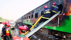 巴基斯坦乘客带燃气罐上火车做饭致爆炸                                                 爆炸引发大火,多节列车车厢被吞噬,已导致至少71人死亡