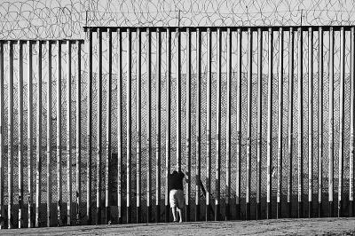 """非法移民""""锯墙""""入美"""