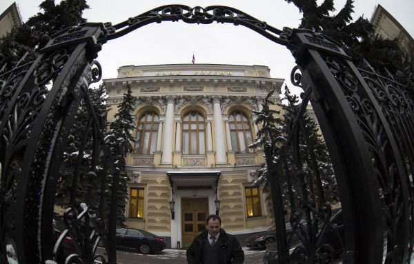 原料图:在俄罗斯始都莫斯科,走人从俄罗斯中央银走门前走过。 (新华社)