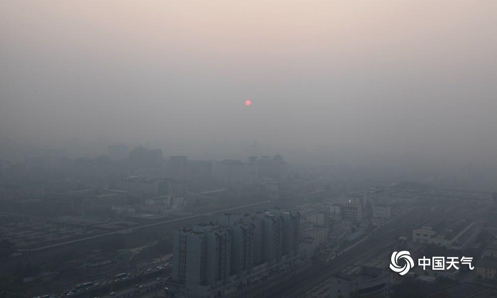 西安出现霾天气 能见度低建筑物若隐若现