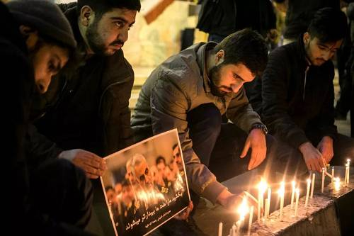 """1月3日,在伊朗德黑兰,人们参加为伊朗伊斯兰革命卫队下属""""圣城旅""""指挥官卡西姆・苏莱曼尼举行的悼念活动。(新华社发)"""