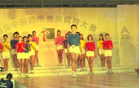 2000年新丝路模特大赛决赛颁奖. 央视主持人陈铎为冠军颁奖.