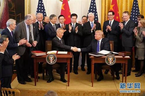 当地时间1月15日,中共中央政治局委员、国务院副总理、中美全面经济对话中方牵头人刘鹤与美国总统特朗普在美国首都华盛顿白宫东厅举行的中美第一阶段经贸协议签署仪式上握手。 当天,中美第一阶段经贸协议签署仪式在白宫东厅举行。 新华社记者 王迎 摄