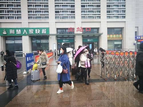 图为荆州火车站出站口