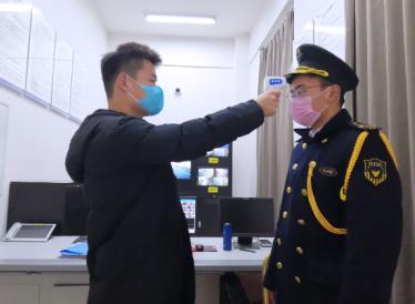 融创北京区域每日严格为物业服务人员测量体温、佩戴口罩做好防护再上岗