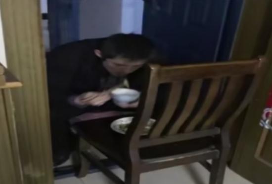 工作人员在家门口吃饭