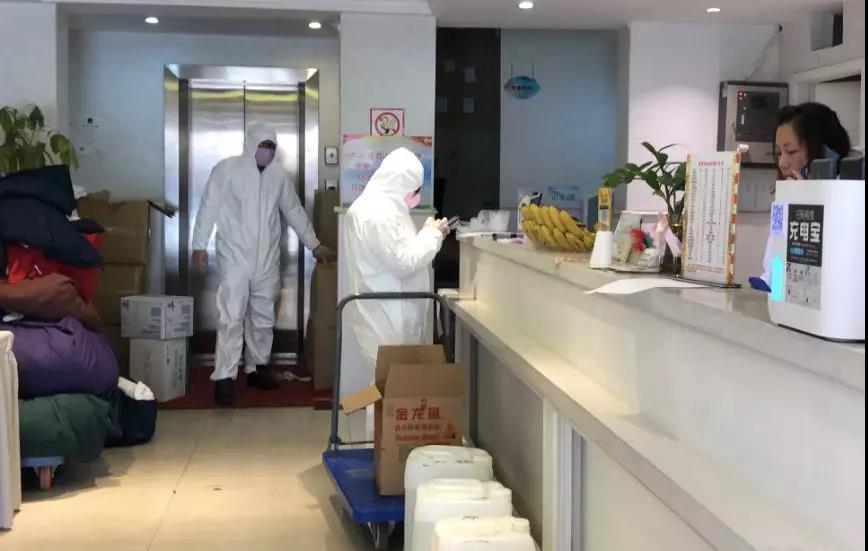 1月30日,悦东方酒店志愿者准备物资。新京报记者向凯 摄