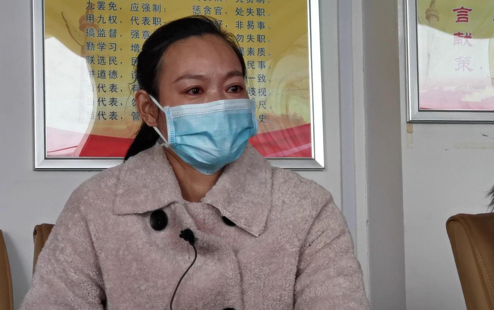 2月3日,接受新京报记者采访时,口罩女工李江丽潸然泪下。新京报记者 程亚龙 摄