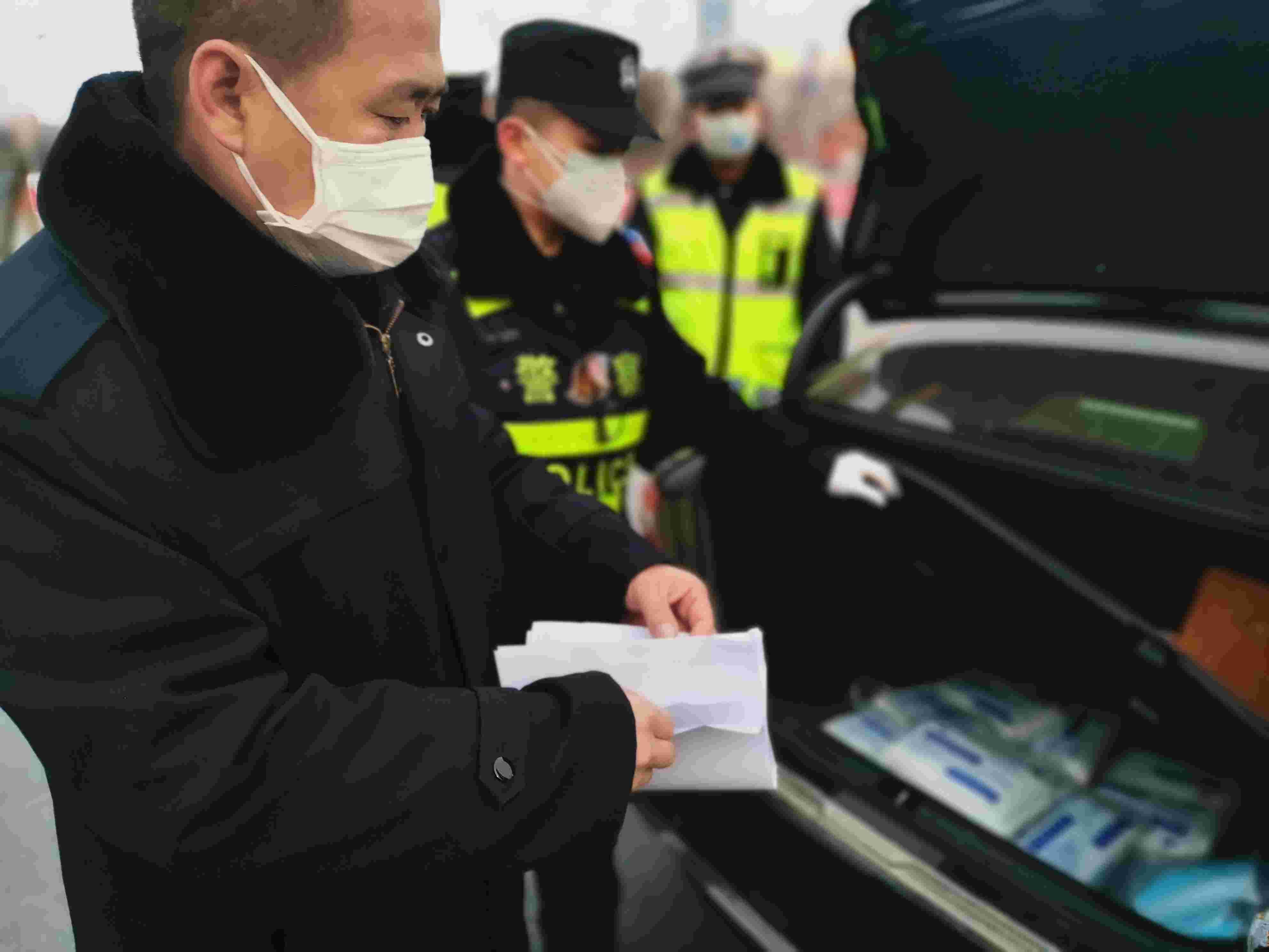 大广高速长垣进站口,市场监督管局联合警方对出长垣市的车辆进行检查,确保医疗物资不被私自运出市区。新京报记者 程亚龙 摄