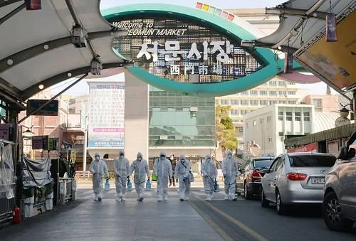 2月23日,在韩国大邱,受疫情影响而暂时停业的商家做事人员在西门市场进走防疫消毒。(新华社/纽西斯通讯社)