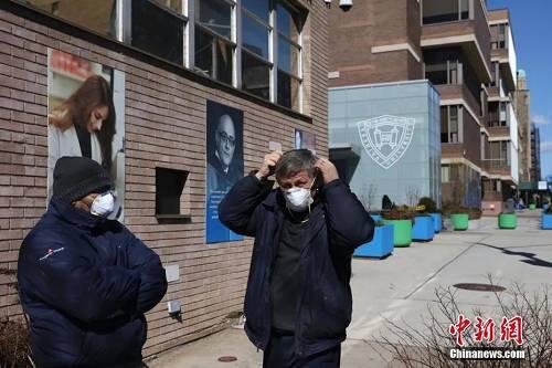 当地时间3月4日,纽约耶希瓦大学维尔福校区戴口罩的工作人员。该校有一名新冠肺炎确诊患者,校方取消该校区周三全天的课程。图/中新社