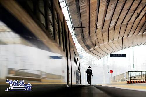 列车每4幼时周详消毒一次,每1幼时对列车门把手、扶手、按钮等重点部位进走消毒。根据车站间距、客流量,乘务员会添大消毒次数,稀奇是旅客屡次接触的部位,尽不妨做到一客一消。