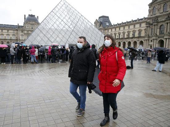北京时间16日消息,法国卫生部医疗保健总局局长杰罗姆·萨洛蒙(Jerome Salomon)周一表示,法国正努力遏制新冠病毒大流行病在该国的传播,政府正考虑是否对部分地区实施封城措施。