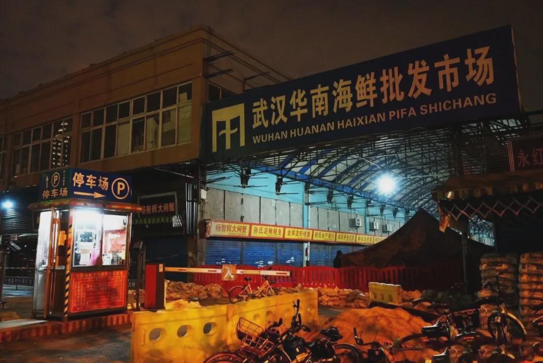 自1月23日当天上午10时起,全市城市公交、地铁、轮渡、长途客运暂停运营;机场、火车站等离汉通道暂时关闭。26日,中心城区实施机动车禁行管理。