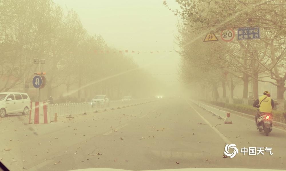新疆喀什叶城县遭遇强沙尘暴 最小能见度660米
