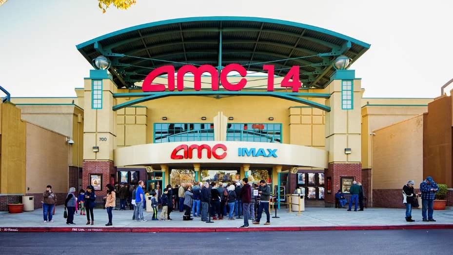 """据福布斯近日报道,AMC公司成功发行5亿美元的新债券以增强其资金流动性。路透社援引美国AMC官网4月16日声明称:""""由于公司及时采取了应对举措,我们相信自有的2.989亿美元现金余额足以支撑到7月影院重新开放。加上此次融资的5亿美金,AMC将有充足的流动性,至少坚持到感恩节重新营业""""。也就是说加上融资的5亿美元和其自有的3亿美元现金,AMC手握8亿美元现金作为流动资金,有这么多流动资金怎么会申请破产。"""