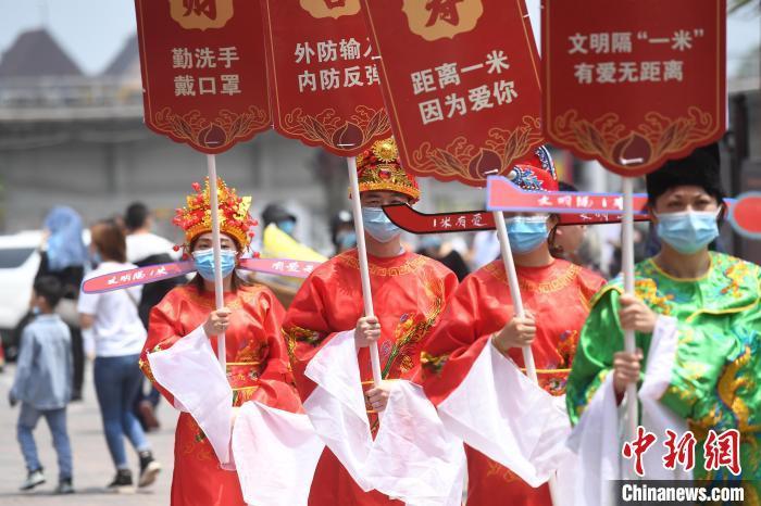 """重庆景区员工着古装宣传""""距离一米""""防控疫情"""