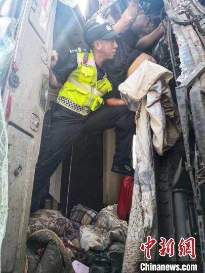 司机车祸悬空卡在变形驾驶室内 交警肩托一小时待救援