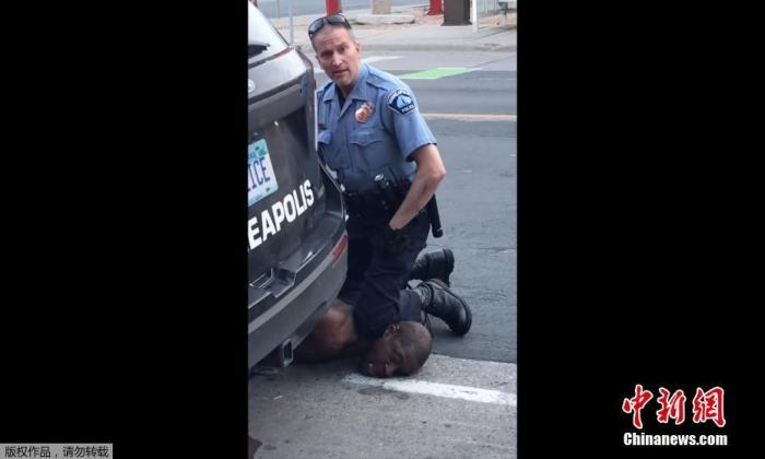 原料图:5月24日,非裔外子弗洛伊德在明尼阿波利斯市遭警方逮捕,其中别名白人警察用膝盖压住他的颈部数分钟之久。之后弗洛伊德陷入晕厥,送医急救后不治身亡。(视频截图)