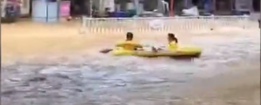 浙江衢州暴雨部分道路积水严重,消防员借吊车营救被困者