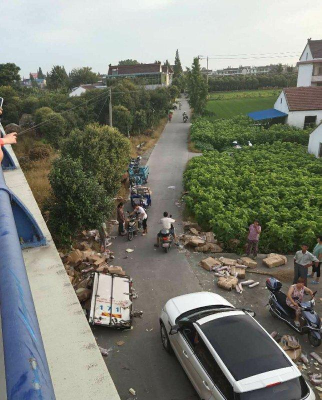 货车遇车祸散落猪肉遭哄抢,村干部广播要求村民送回