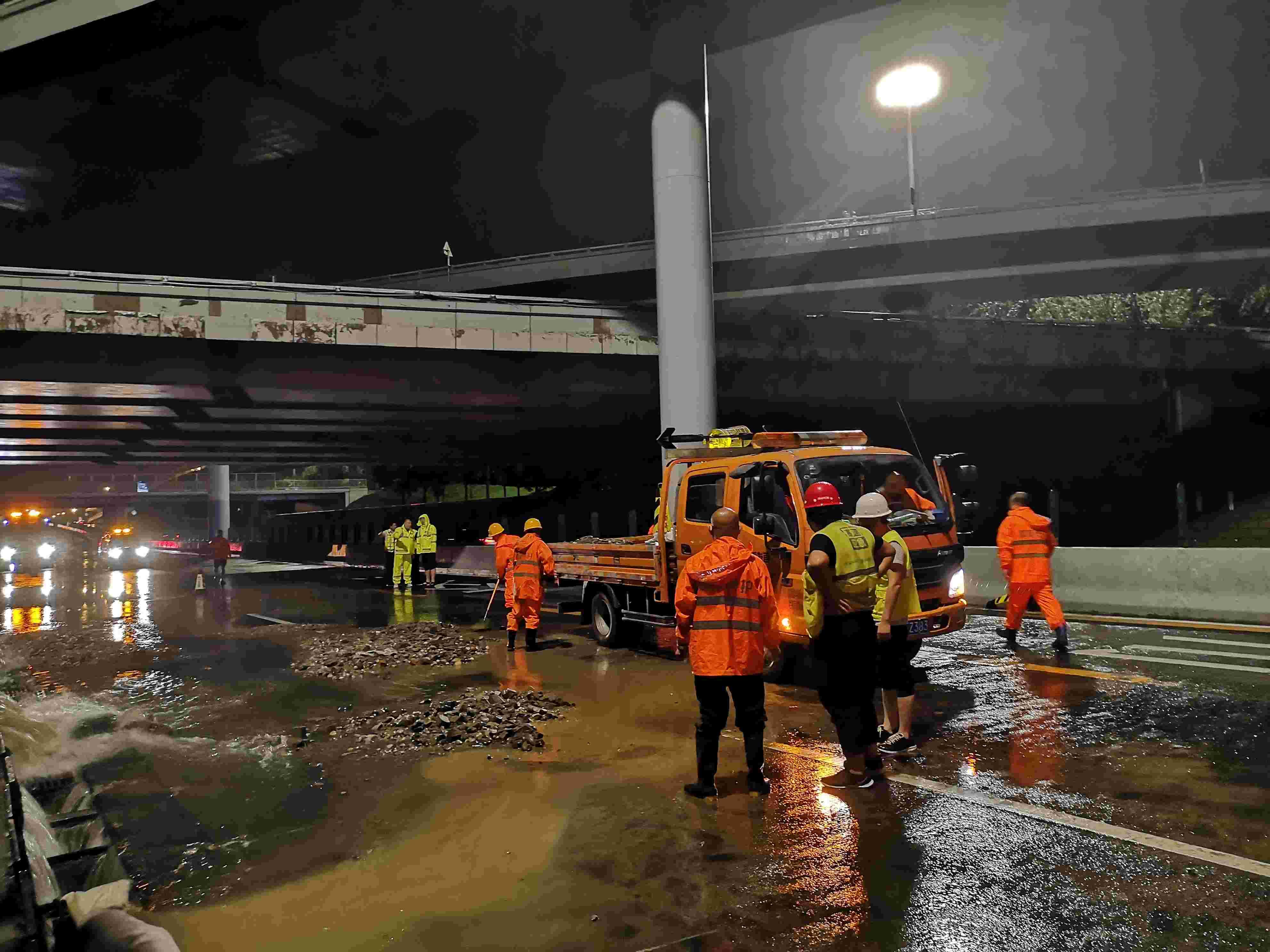 岳各庄桥排水管道渗水致部分道路封路,外卖员小跑过积水区