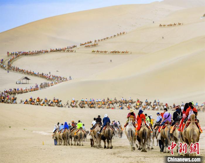 敦煌大漠旅游升温 驼队如龙游人如织