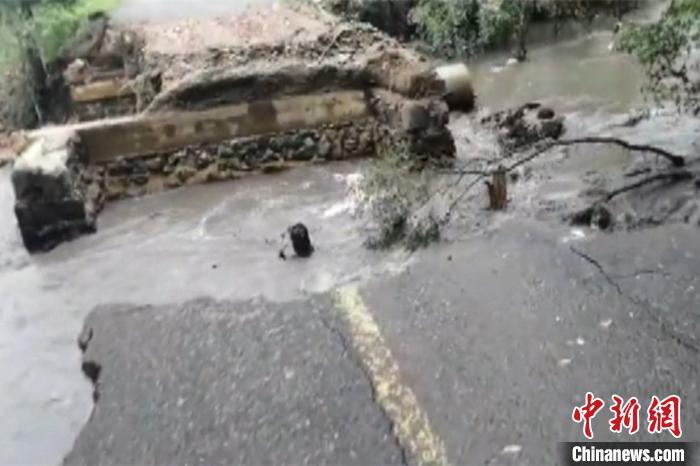 黑龙江强降雨致洪水进部分村庄 多部门联合抗洪抢险