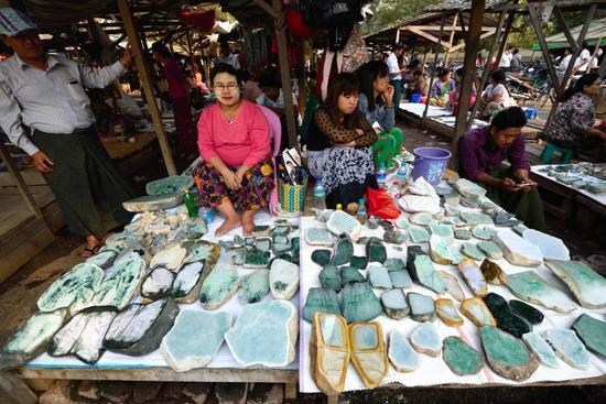 偷渡客致云南瑞丽封城 中缅边境百亿翡翠交易停摆 肉价100元/斤
