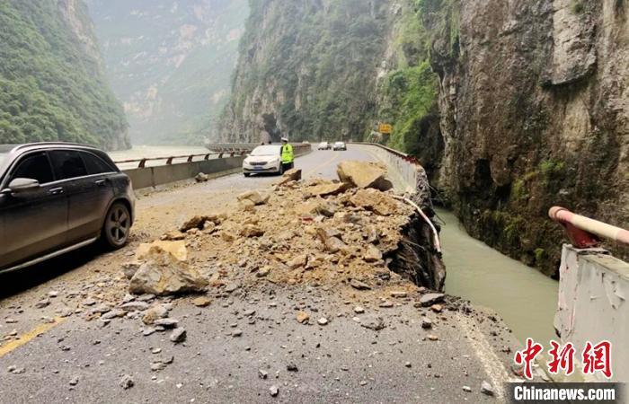 四川汶马高速公路因山体滑坡道路中断 抢通工作正在紧张进行