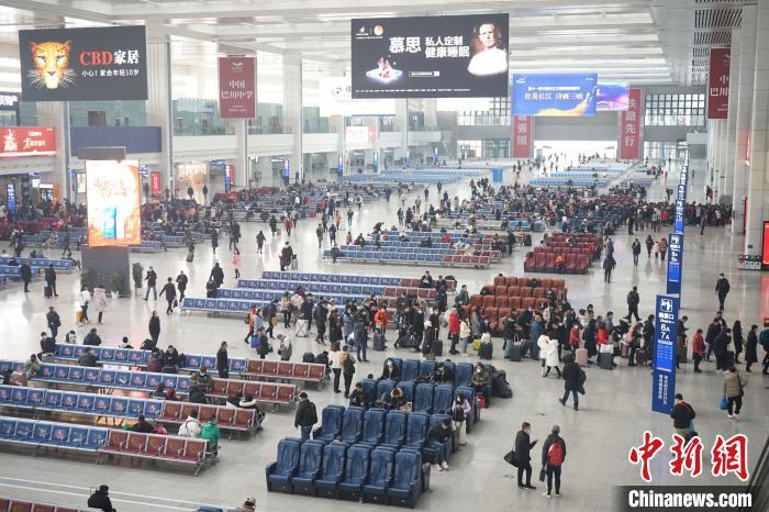 重庆春运首日:春运防疫下的温馨回家路