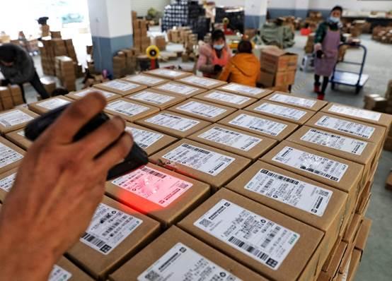 """▲拼多多商家正在积极备战""""春节不打烊""""。目前,平台已联合众多商家和快递公司,为消费者提供7*24小时不间断的商品和物流服务。(安舜摄)"""